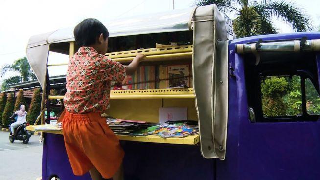 Mit der Ape: Indonesier bildet per Mobilbücherei