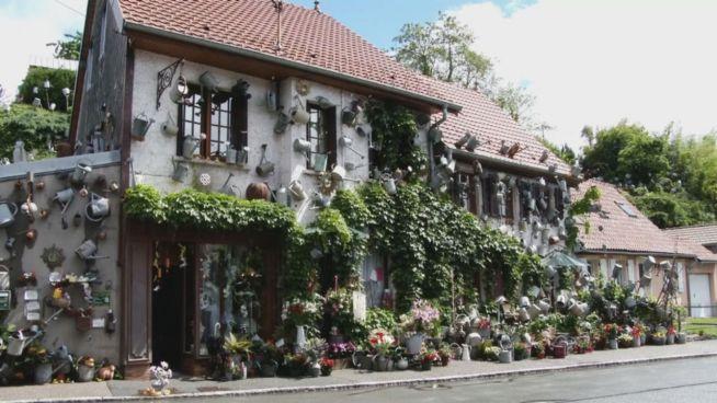 Kunst? Franzose schmückt Haus mit 800 Gießkannen