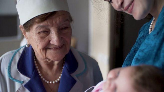 72 Jahre im Kreißsaal: Ärztin praktiziert mit 94