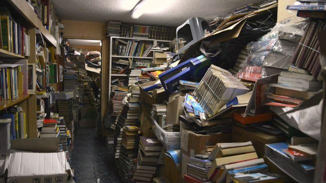 Aus dem Müll: Mann fischt 30.000 Bücher aus Abfall