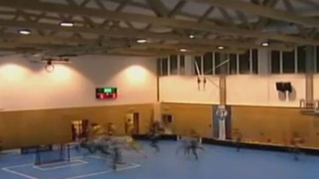 Während des Spiels: Dach von Sporthalle stürzt ein