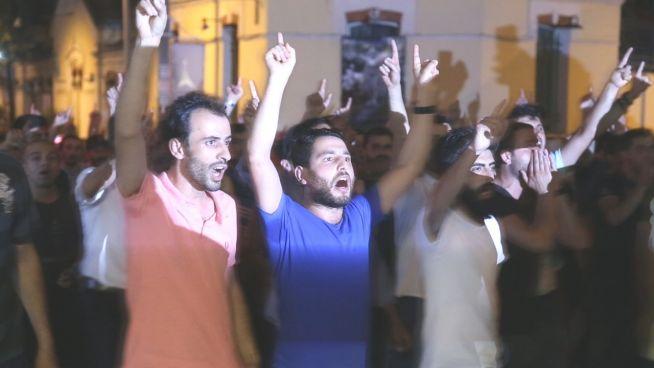 Mit IS-Gruß: Fanatische Erdogan-Anhänger in Istanbul