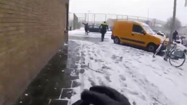 Sympathisch nah: Polizisten liefern Schneeballschlacht