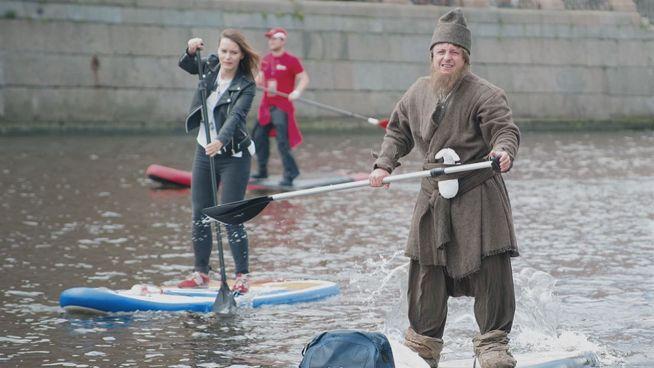 Russen im Fluss: Die Stehendpaddler von St. Petersburg