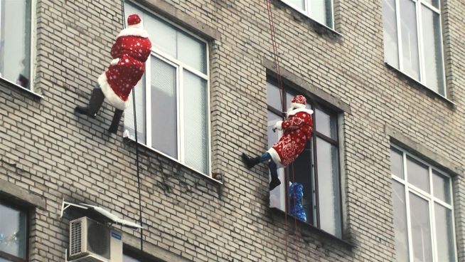 Geschenke durchs Fenster: Kletterer beglücken Kids
