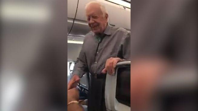 Präsidenten-Knigge: Carter begrüßt Flugzeugpassagiere