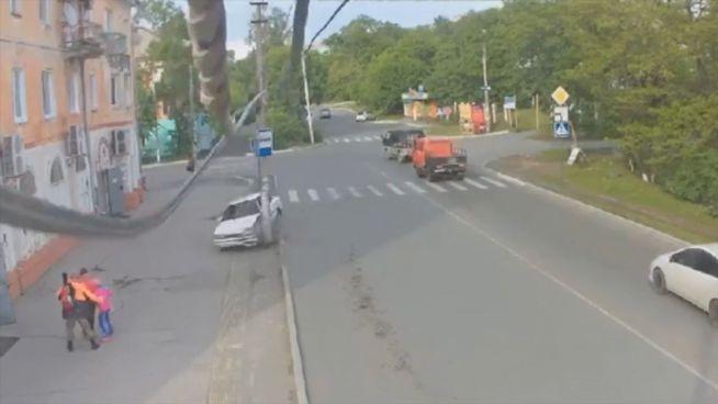 Kurve verhauen: Betrunkener fährt Strommast um