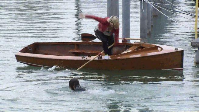 Hier versucht sich Beatrice Egli als Rettungsschwimmerin