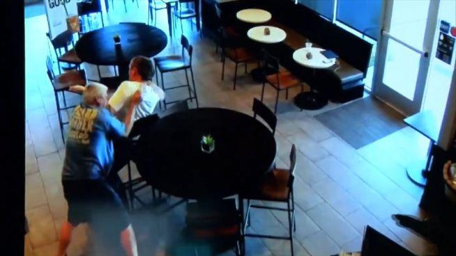 Schlacht bei Starbucks: Gast verprügelt Räuber