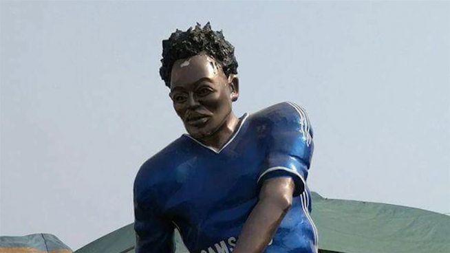 Ehre für Essien: Die schrecklichen Fußball-Statuen