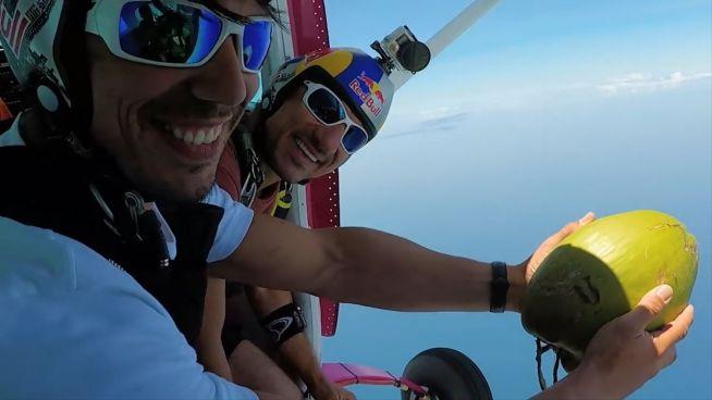 Auf die Nuss: Skydiver mit verrückter Idee