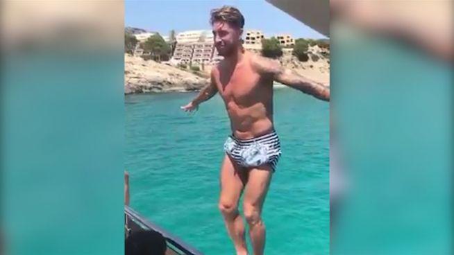 Urlaubssalto: Fußballer Sergio Ramos genießt Freizeit