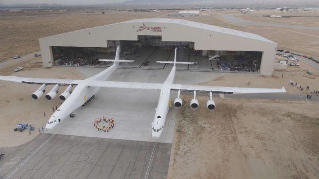 Gigantisch: Weltgrößtes Flugzeug rollt zum Start