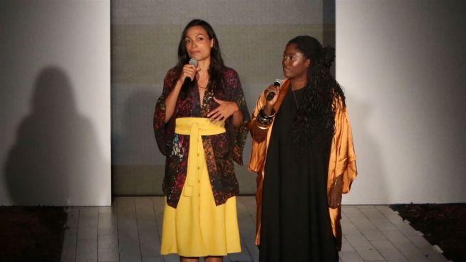 Mode aus Ghana: Rosario Dawson schafft Arbeitsplätze
