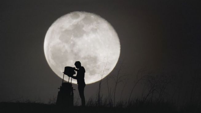 Blick durchs Teleskop: Der Mond als Attraktion
