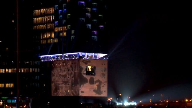 Im Regen: Elbphilharmonie feiert Premiere mit Lichtshow