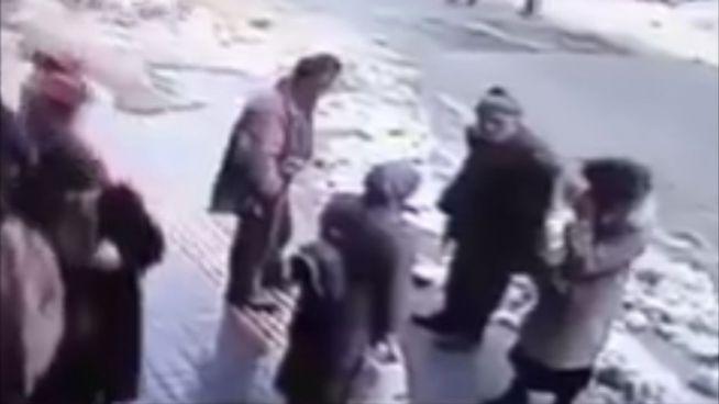 Türkei: Schneelawine verschüttet Passanten unter sich