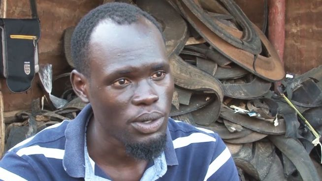 Uganda: Flip-Flop-Schuhmacher hilft Straßenkindern