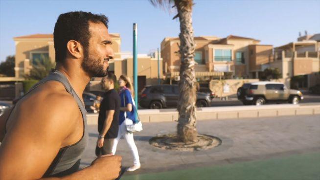 Aus Trauer: Lifecoach motiviert am Strand von Dubai