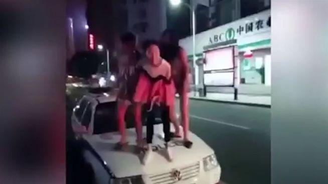 Partynacht eskaliert: Mädels tanzen auf Polizeiauto