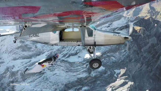 Landung im Flugzeug: Spektakulärer Wingsuit-Stunt