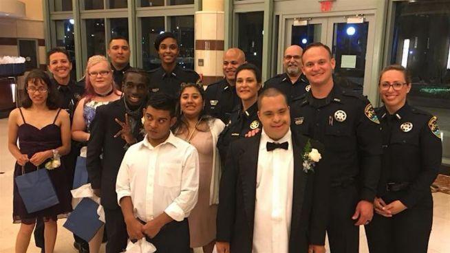 Date mit Polizisten: Beamte und Förderschüler rocken Abschlussball