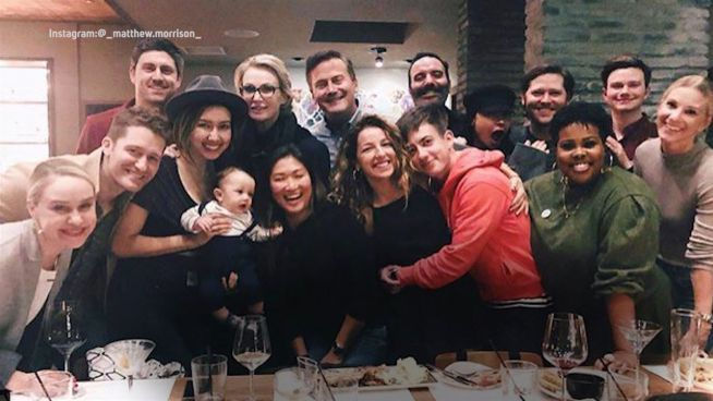 Babypinkeln: Das Team von 'Glee' feiert zusammen
