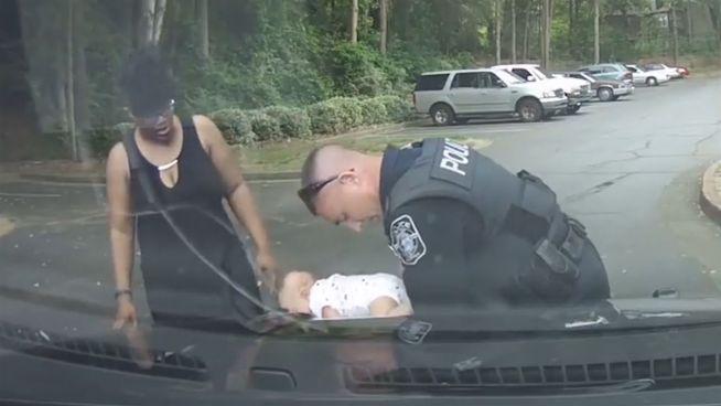In letzter Sekunde: Polizist rettet Baby das Leben