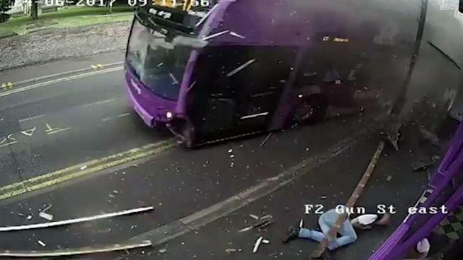 Nach Bus-Crash: Brite steht auf und geht in die Kneipe