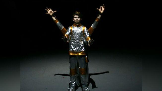 Robo-Dance: Junge sieht kaum noch menschlich aus