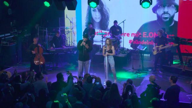 Vanessa Mai steht mit Moses P auf der Bühne